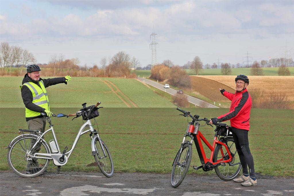 Der ADFC mit Eckhard Overbeck (gelb) und Wilhelm Kröger (rot) wünscht sich einen Radweg für die L 679 zwischen Frömern und Kessebüren – hier ist der Kreis Unna aber nicht Straßenbaulastträger.