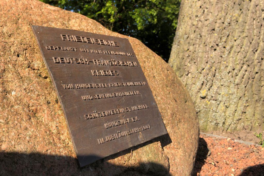 Seit 2007 weist ein Gedenkstein auf die Bedeutung der Friedenseiche in Hundewick hin.