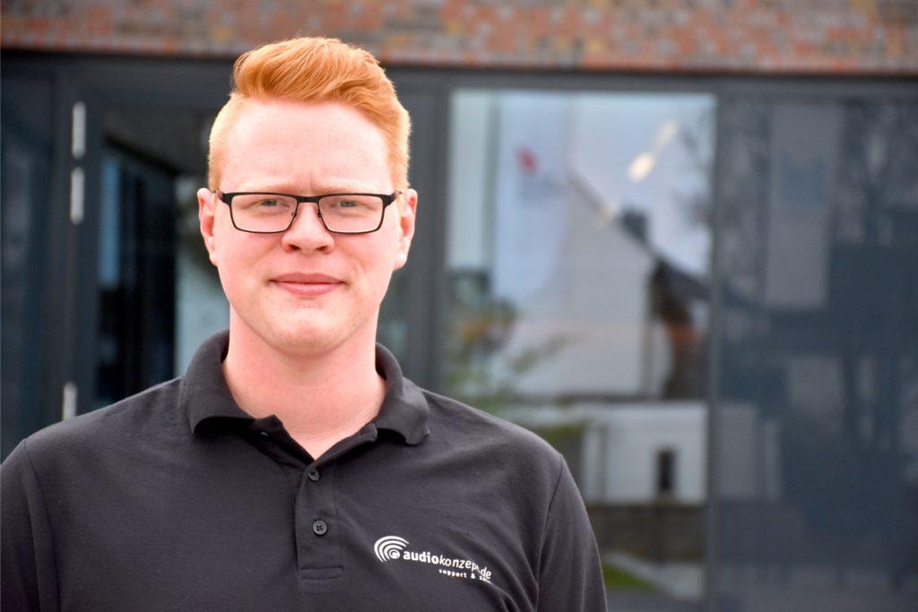 Yanik Meyer (22), Auszubildender zum Veranstaltungstechniker, macht am Freitag in der Stadthalle sein Praxisprojekt für die Abschlussprüfung. Die Lernwerkstatt hatte sein Arbeitgeber Jürgen Brüning zusammen mit Sebastian Frankemölle und der Stadt Ahaus entwickelt.