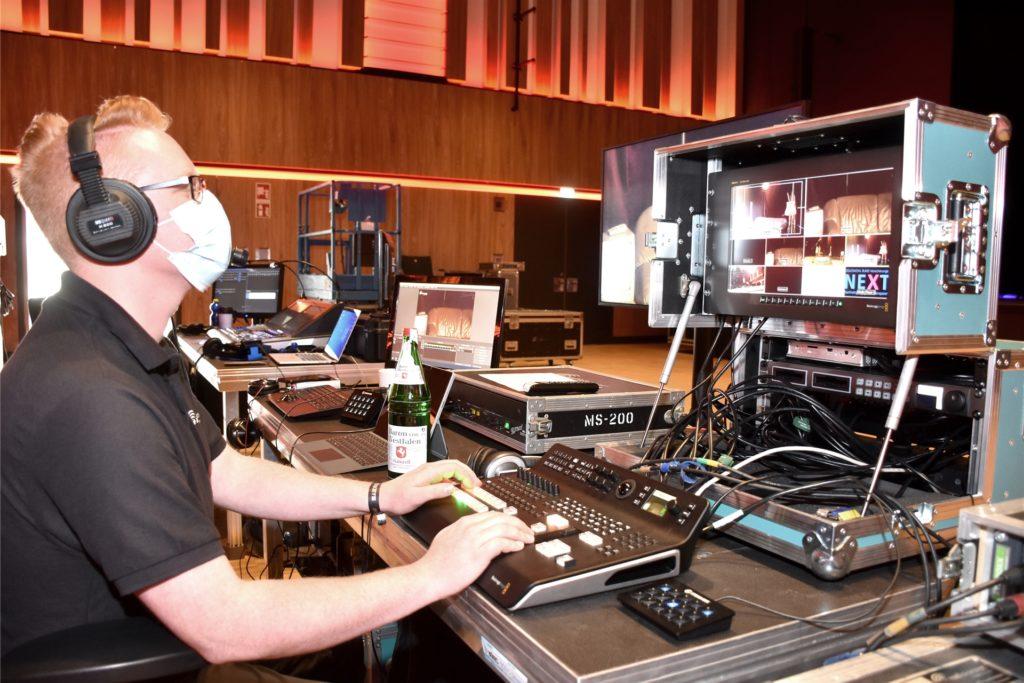 Letzte Vorbereitungen bevor die Soeckers zum Sound-Check kommen. Yanik Meer an seinem Platz in der Bild-Regie.
