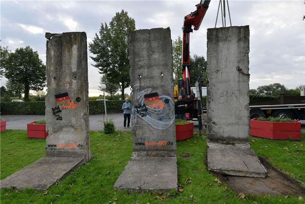Ein Stück Mauer kostet dort inklusive Lieferung 6500 Euro.