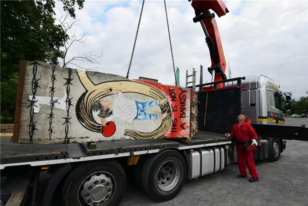 Per Lkw machten sich die Teile auf die Reise nach Dortmund.