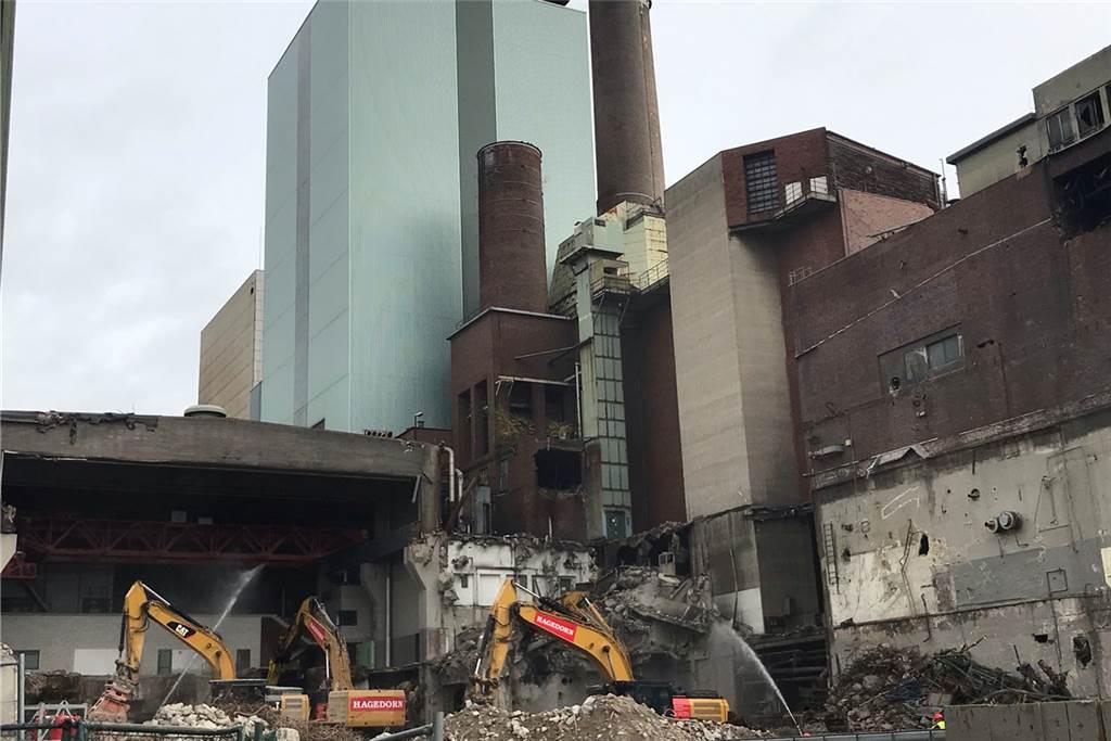 Stück für Stück arbeiten sich die Bagger derzeit an der alten Maschinenhalle des ehemaligen Steag-Kraftwerks vor.