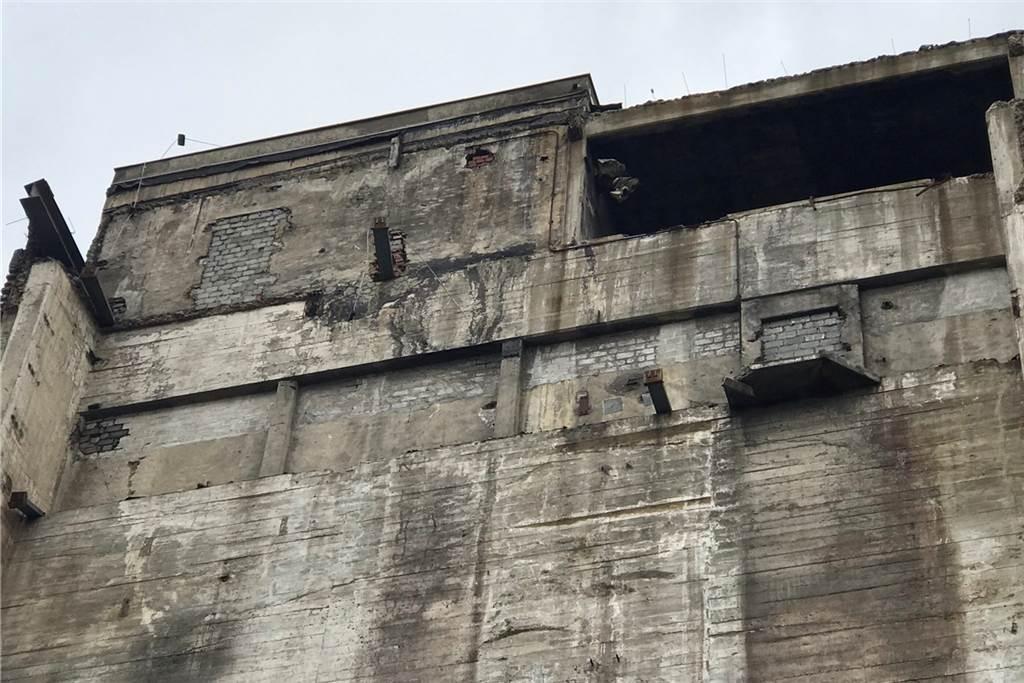 Die Ummantelung ist bereits abgerissen. Darunter kamen zugemauerte Türen und Durchgänge zum Vorschein - offenbar wurde das Gebäude in der Vergangenheit mehrmals umgebaut.