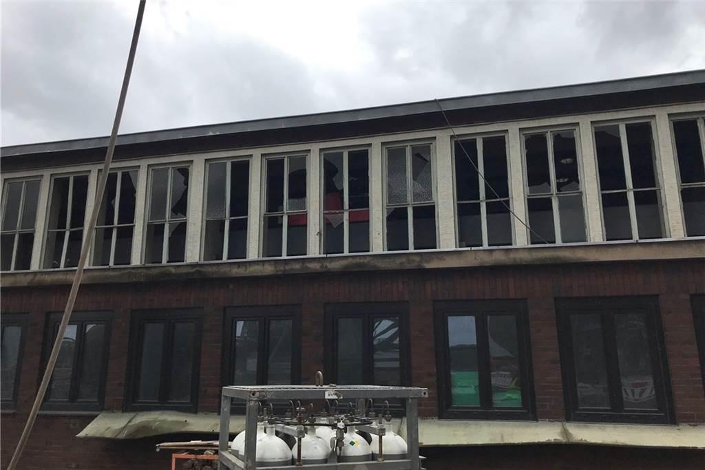 Die alten Fensterscheiben des Werkstattgebäudes haben der Druckwelle nicht standgehalten.