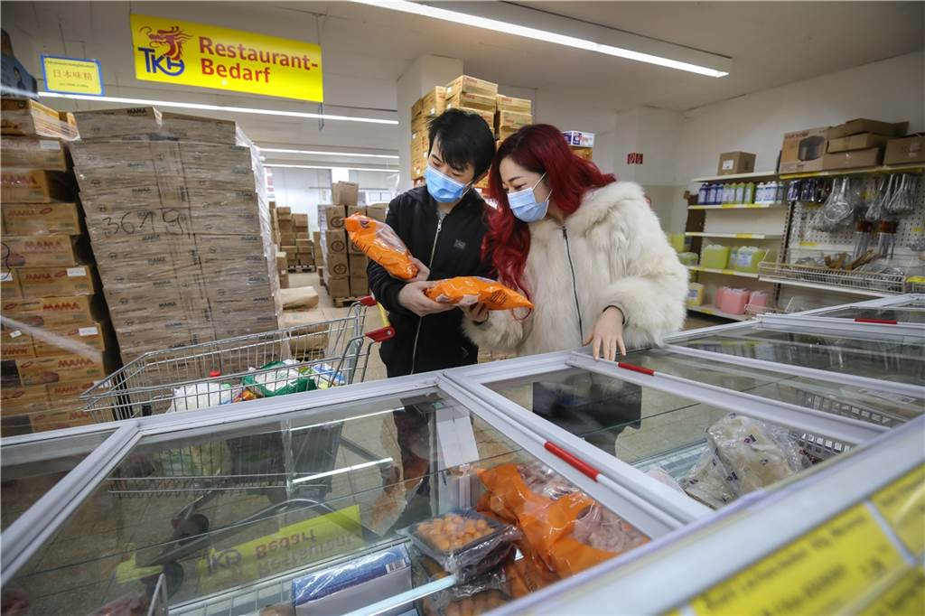 In der Kühltruhe gibt es viele asiatische Fisch- und Fleisch-Spezialitäten.