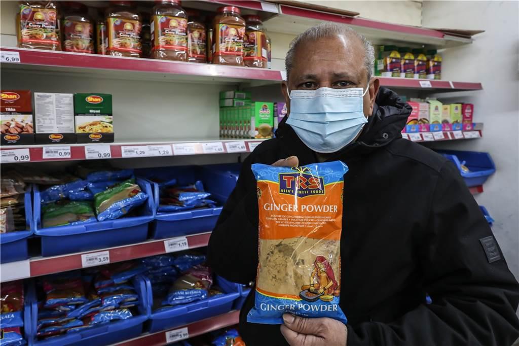 Ingwer Pulver schmeckt scharf-fruchtig und kann überall eingesetzt werden. Suppen, Salate oder auch Fleischgerichte bekommen durch die Zugabe den nötigen Pfiff.
