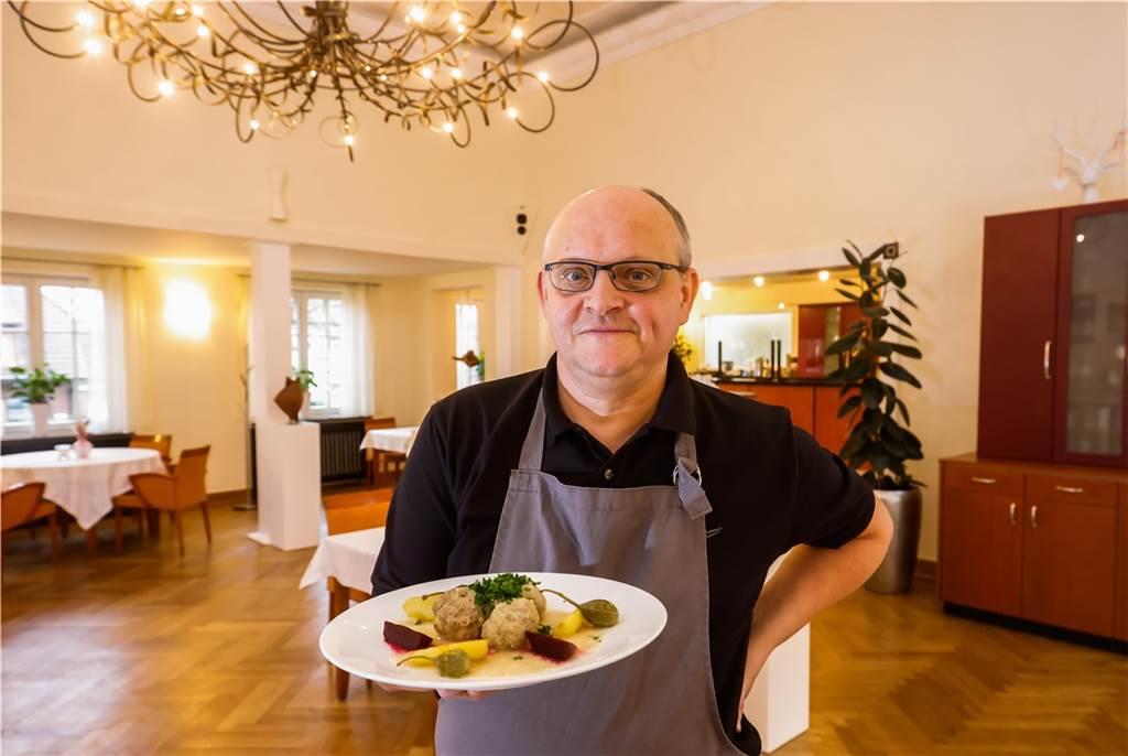 Mario Kalweit präsentiert das fertige Gericht.