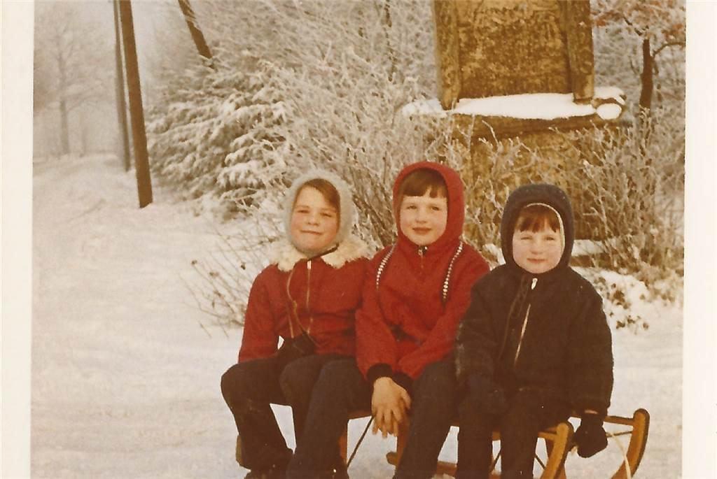 Diese drei jungen Rodler in Winterstimmung beim Bildstock in Ammeln hat Stefanie Schmickler in ihrem Fotoalbum entdeckt.