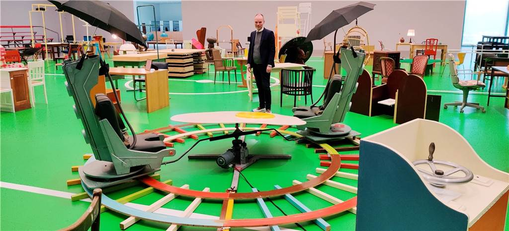 Diese Schleudersitze haben Regen- statt der üblichen Fallschirme. Peter Gorschlüter gefällt´s, denn das Ganze fährt sogar auf Schienen im Kreis. Das Spiegelei als Tisch in der Mitte weist daraufhin, dass Martin Kippenberger das Ei in der Kunst unterrepräsentiert fand.