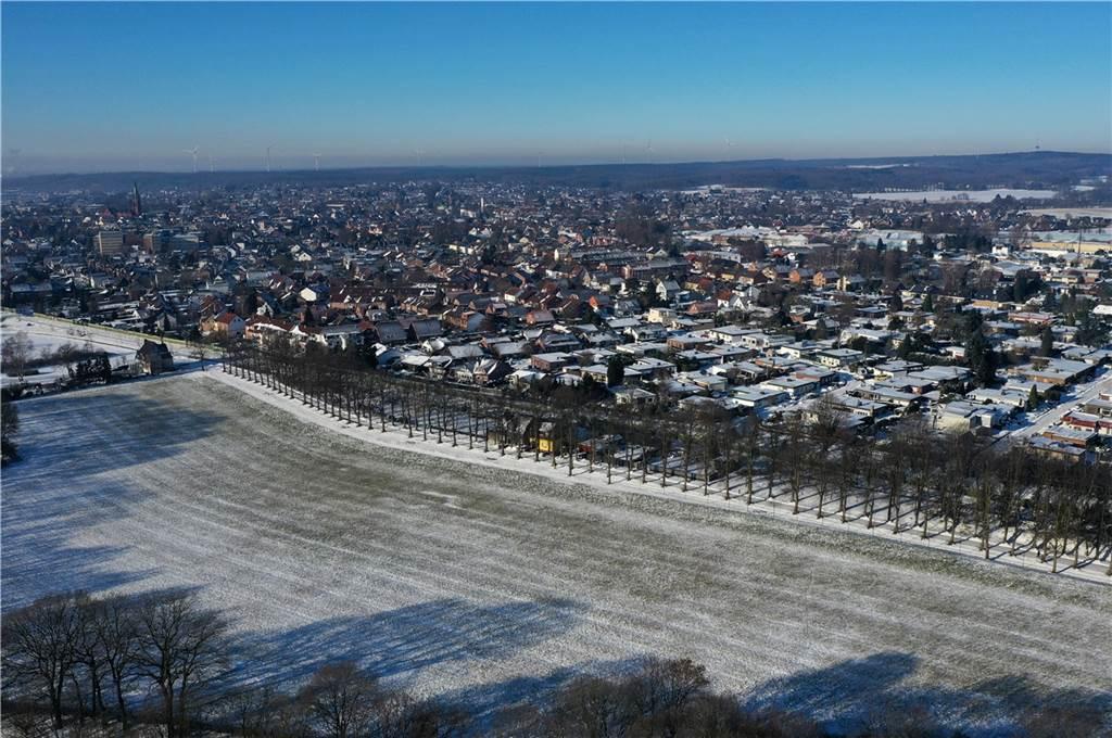 Die Allee führt zur Stadtmühlenbucht, dahinter die Siedlung  seitlich des Breitenweges.
