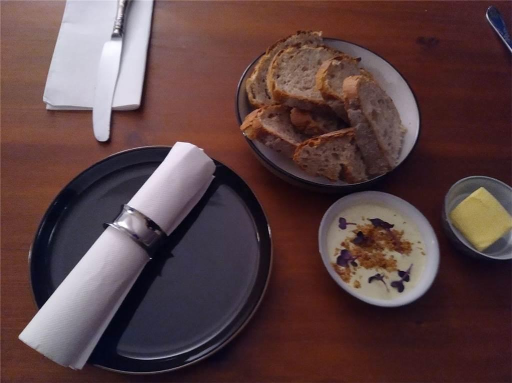 Das Brot wurde mit französischer Butter und einem selbstgemachten Pesto seviert.