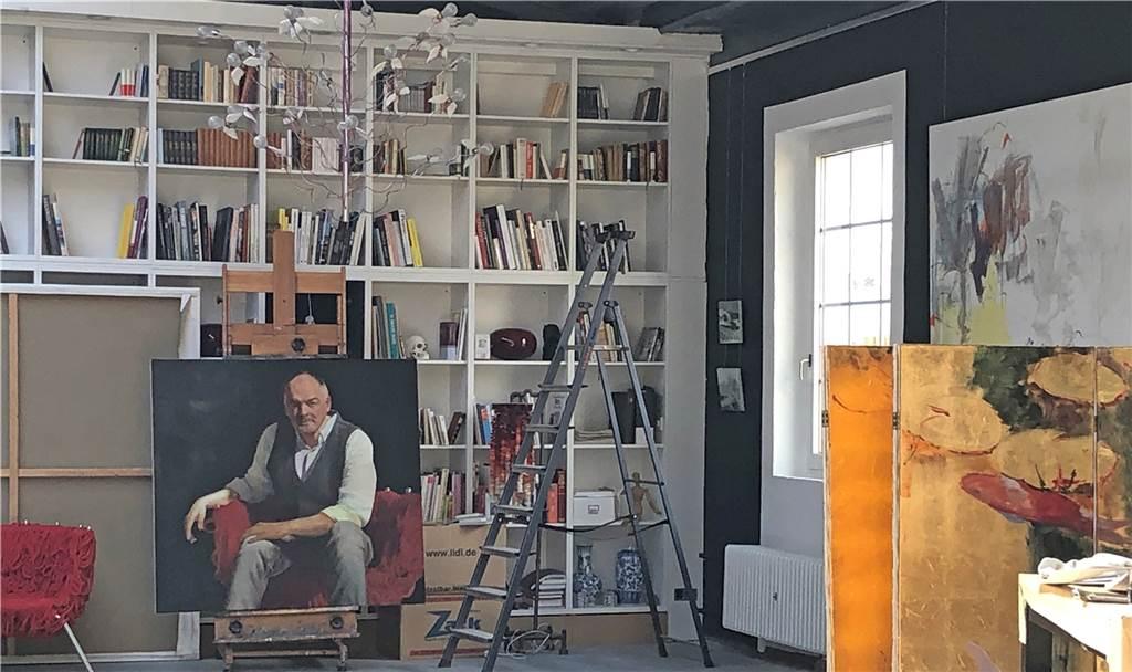 Maler Frank Burkamp (das Bild zeigt ein Selbstporträt) ist soeben in die Glashütte eingezogen.