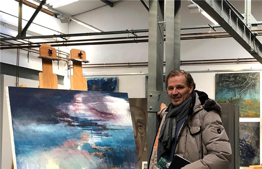 Christian Arentz zeigt auf die Konstruktion in der Kunsthalle, die an die Anfänge der Glashütte erinnern.