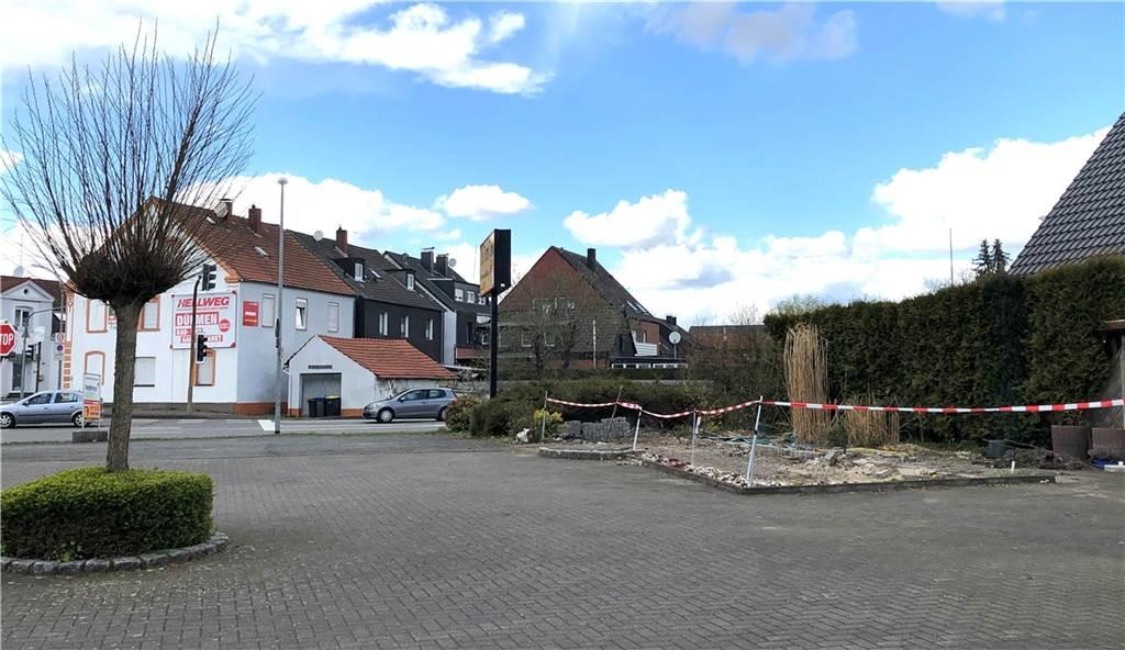 Am Eingang der Glashütte wird eine Bäckerei gebaut. Ein altes Pavillon ist gerade abgerissen worden.