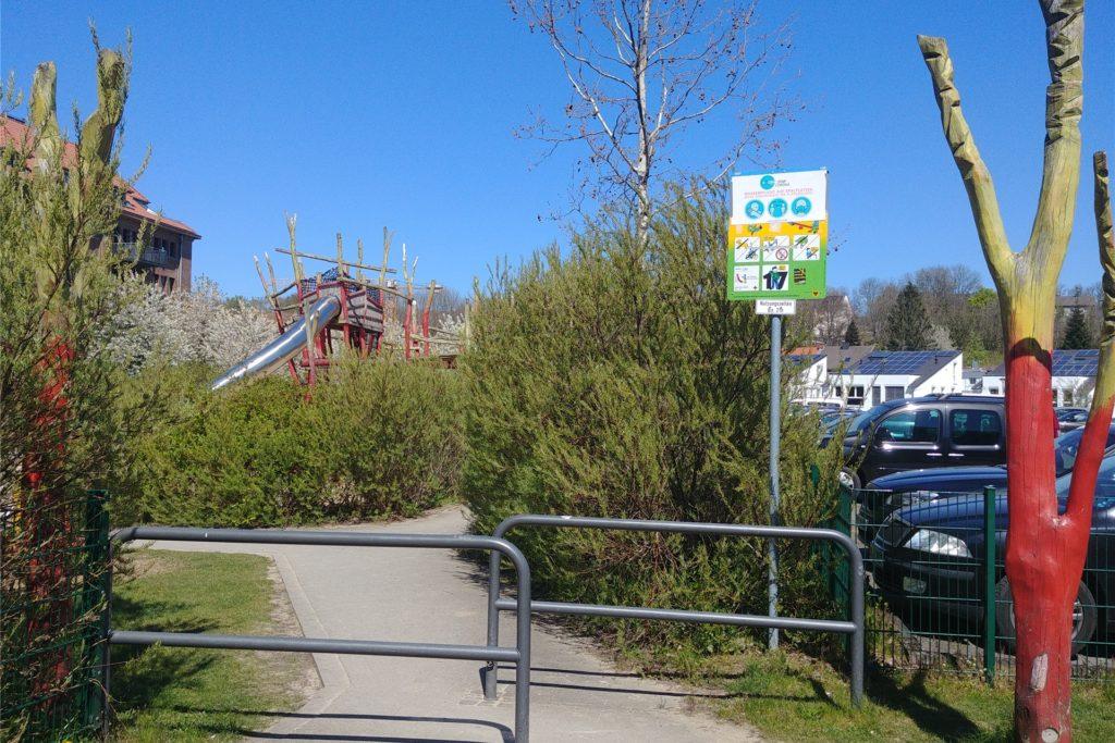 Schon von weitem ist das große Klettergerüst mit der langen Rutsche zu sehen. Der Spielplatz ist von einem Zaun umgeben, je zwei Eisenbügel verhindern, dass sich Radfahrer auf die Anlage verirren.