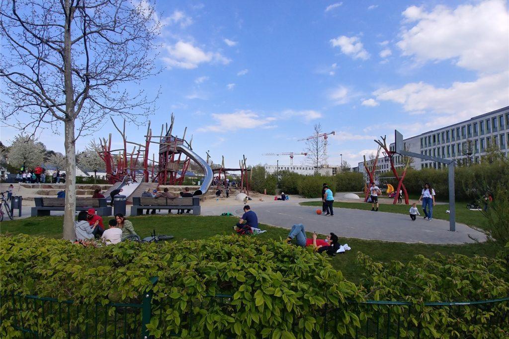 Hier sind fast alle Altersgruppen vertreten: Der Spielplatz ist nicht nur etwas für die Kleinen.