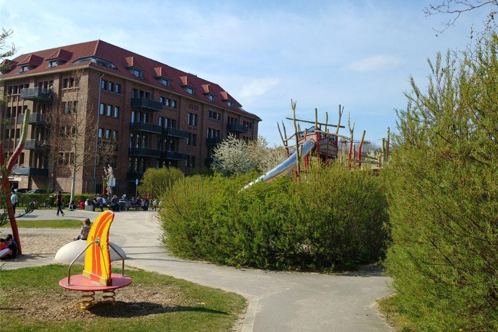 Hohe Hecken umgeben die Anlage am Phoenix-See, wodurch der Spielplatz leicht versteckt wirkt.