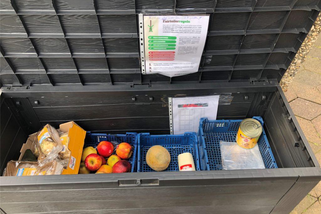 So sieht Anja Dickscheidts gefüllte Fairteiler-Box aus. in ihr befinden sich unter aderem Obst, Gemüse oder Konserven