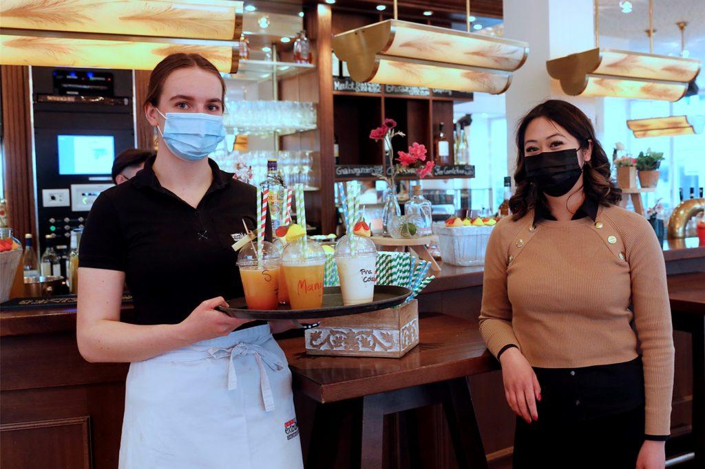 Im Café Extrablatt sorgte Betriebsleiterin Phuong Le (r.) zusammen mit Nina Hüls und ihrem Team für die Cocktalis, die per Taxi ausgeliefert wurden.