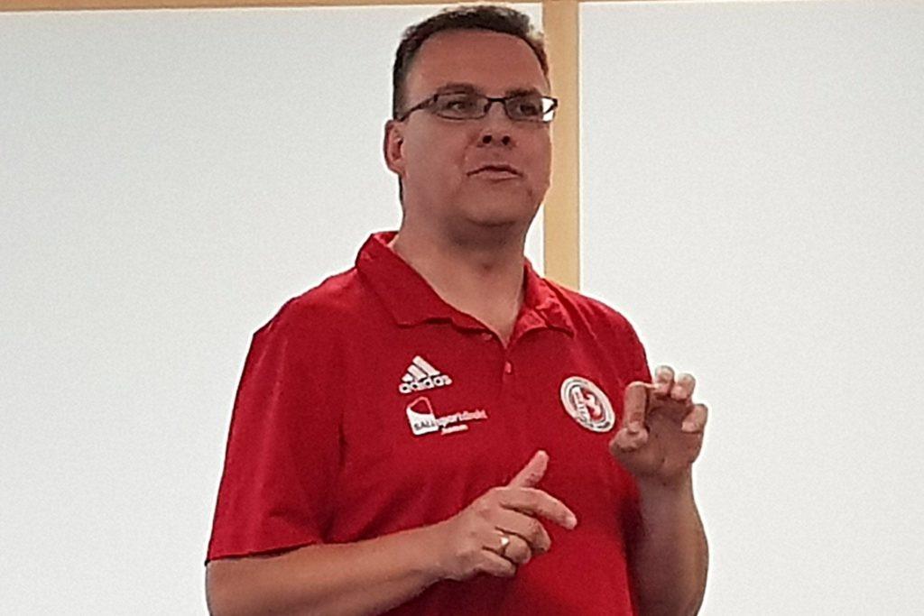 Thomas Trahe bittet Fußballvereine, in der Corona-Pandemie auf ein Probetraining mit Gastspielern zu verzichten.