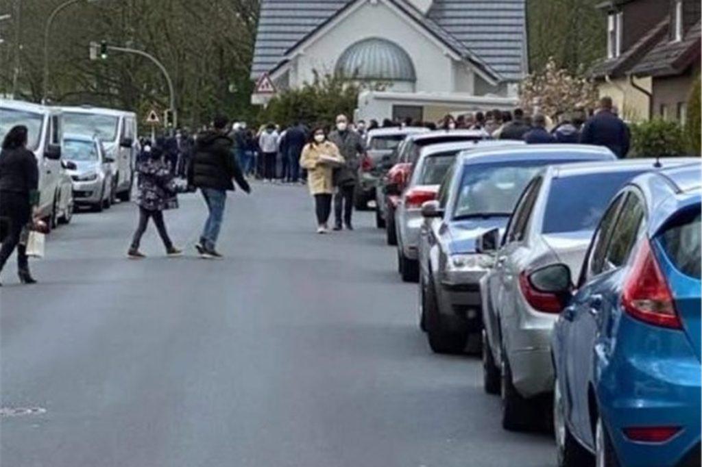 Große Veranstaltungen in der mazedonisch-orthodoxen Kirche ziehen auch immer ein Parkplatzchaos an der Husener Eichwaldstraße nach sich