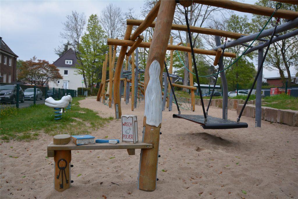 Geisterstunde in der Akazienstraße: Der Spielplatz ist detailreich gestaltet und bietet viele Klettermöglichkeiten.