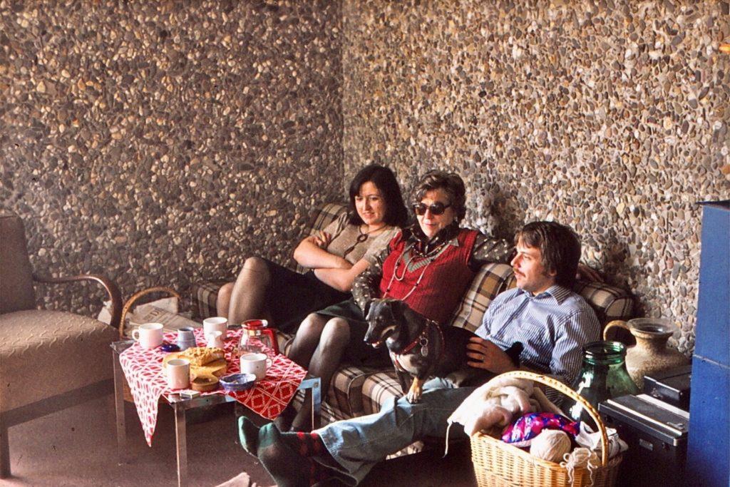 Familie Kühn im Wohnzimmer ihrer Wohnung im Habiflex - Kieselbetonwand war Standard - Tapete gab es nicht, war auch nicht nötig.