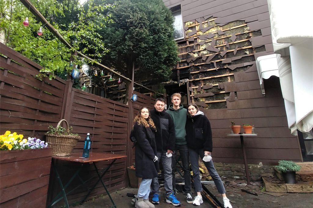 Familie Seperovic vor der zerstörten Außenfassade im Biergarten. Von links: Merima Seperovic, Inhaber Emir Seperovic, David Münzberg und Ema Seperovic.