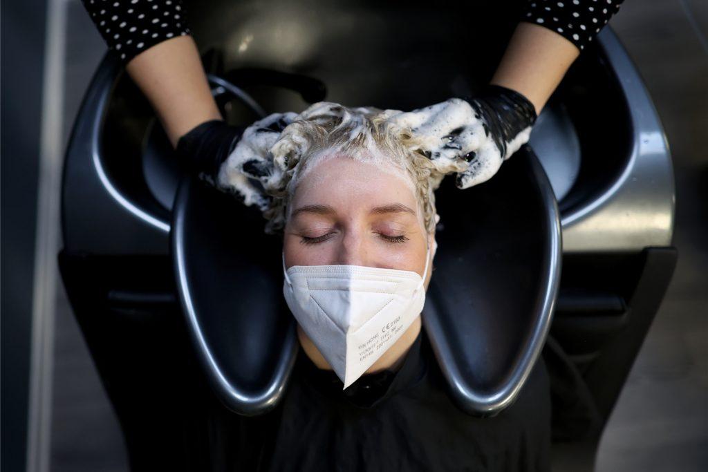 Seit Einführung der Testpflicht haben viele Kunden ihren Termin beim Friseur abgesagt.