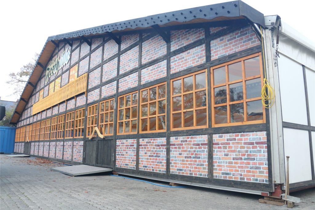 Die Sim-Jü-Festhalle bauten Peter Böseler und sein Team das erste und letzte Mal auf der Kirmes 2019 in Werne auf.
