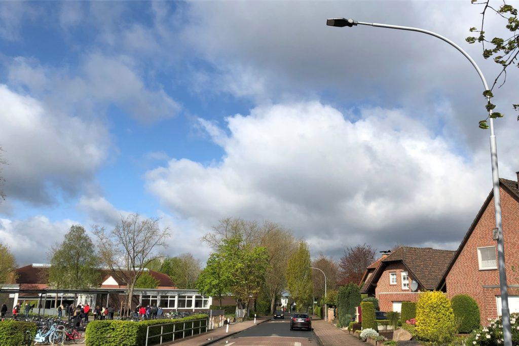 An der Kreuzstraße in Höhe des Geschwister-Scholl-Gymnasiums stehen die LED-Straßenlaternen etwa 80 Meter weit auseinander.