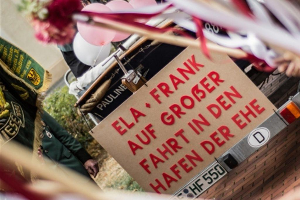 Bei einer Veranstaltung des BSV Oberwiese prangte ein Hinweis am Thronwagen, dass darauf zwei Frischvermählte mitfahren.