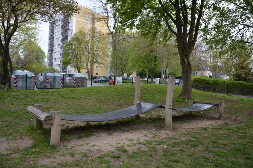Die Hüpfbahn stand schon vor der Neugestaltung auf dem Spielplatz an der Akazienstraße.