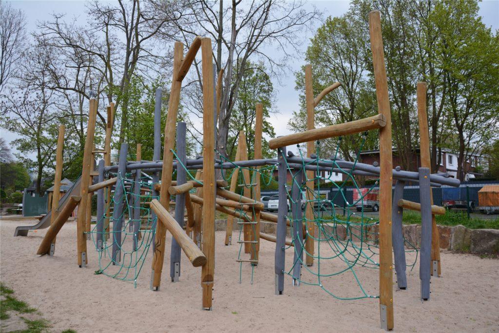 Das Klettergerüst auf dem Spielplatz an der Akazienstraße ist hoch: Herunterfallen kann trotz dämpfenden Sandkastens schmerzhaft enden.