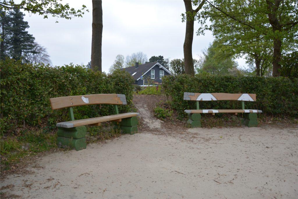 Für Eltern gibt es auf dem Spielplatz an der Akazienstraße nur zwei Sitzbänke. Eine Reihe hoher Steinklötze bietet sich zudem als Sitzgelegenheit an. Kinder können auch in hölzernen Geisterbahn-Wagen eine Verschnaufpause einlegen.