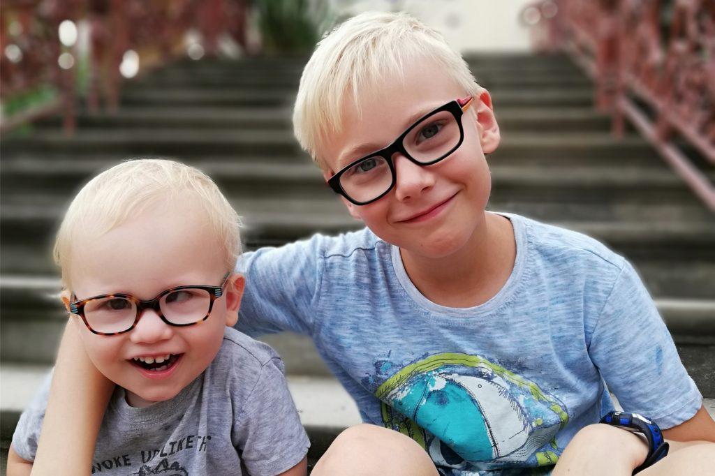 Fynn Borns Kampf gegen den Krebs: ein Auf und Ab seit drei Jahren. Hier geht es ihm mal wieder gut. Seinen Bruder Lian liebt er über alles.