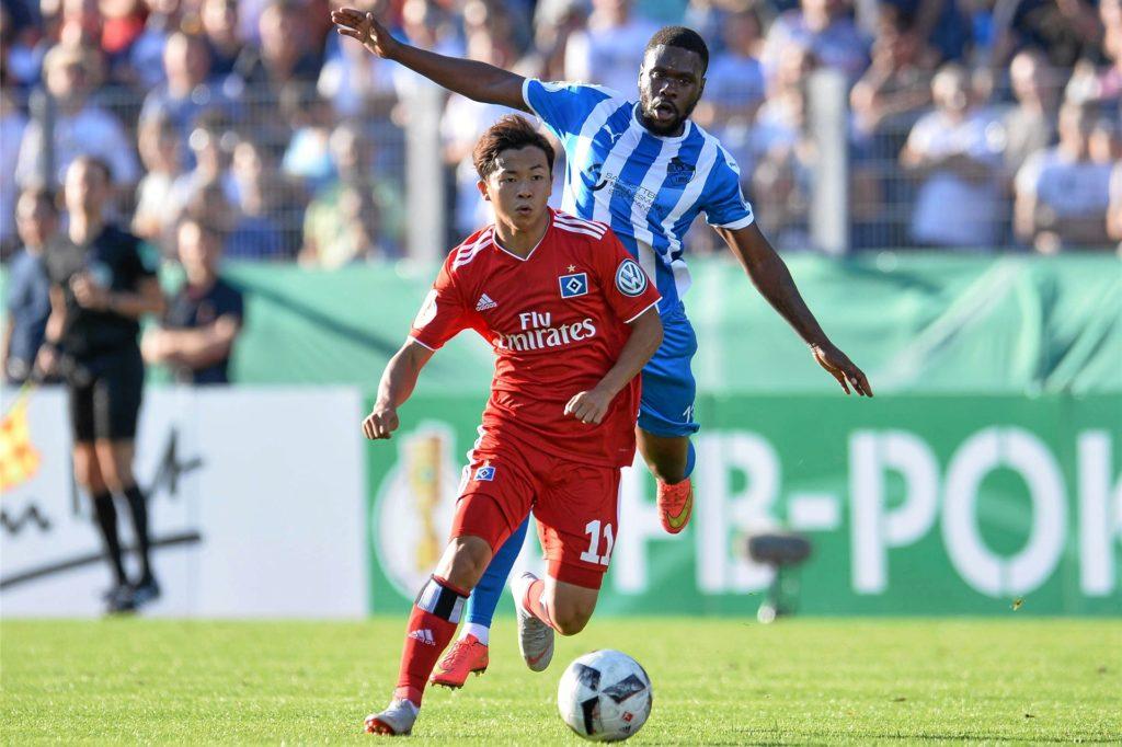 Nino Saka (hinten), hier im Trikot von Erndtebrück gegen den HSV, bleibt bei Türkspor.