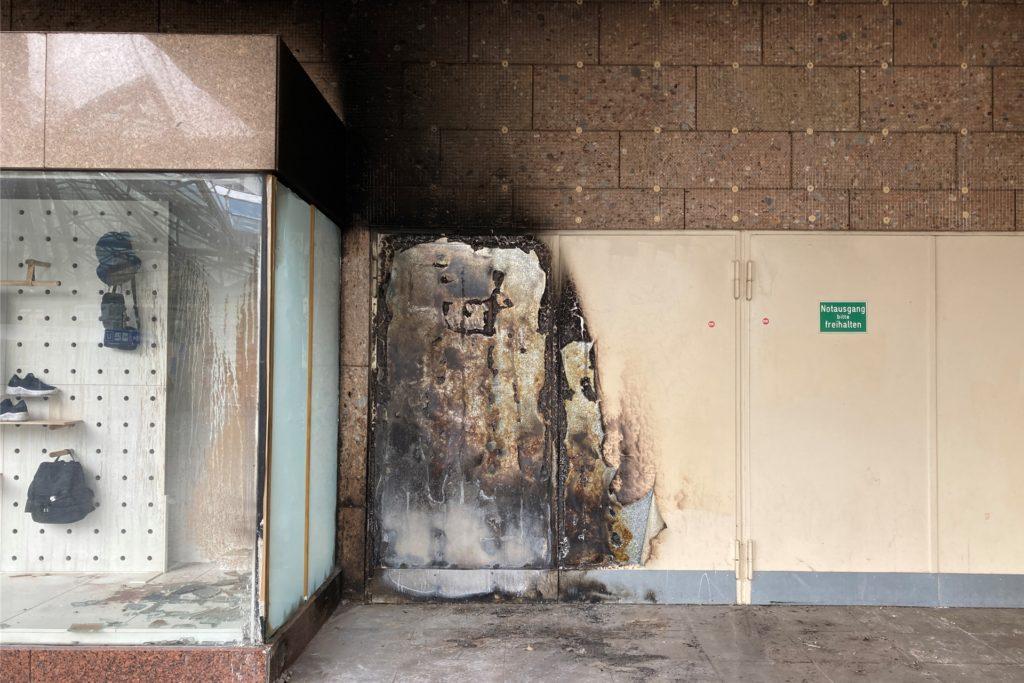 Am Donnerstagmittag sind die Spuren der Flammen deutlich zu erkennen. Von denen, die dort ihr zeitweises Zuhause hatten, fehlt zunächst jede Spur.