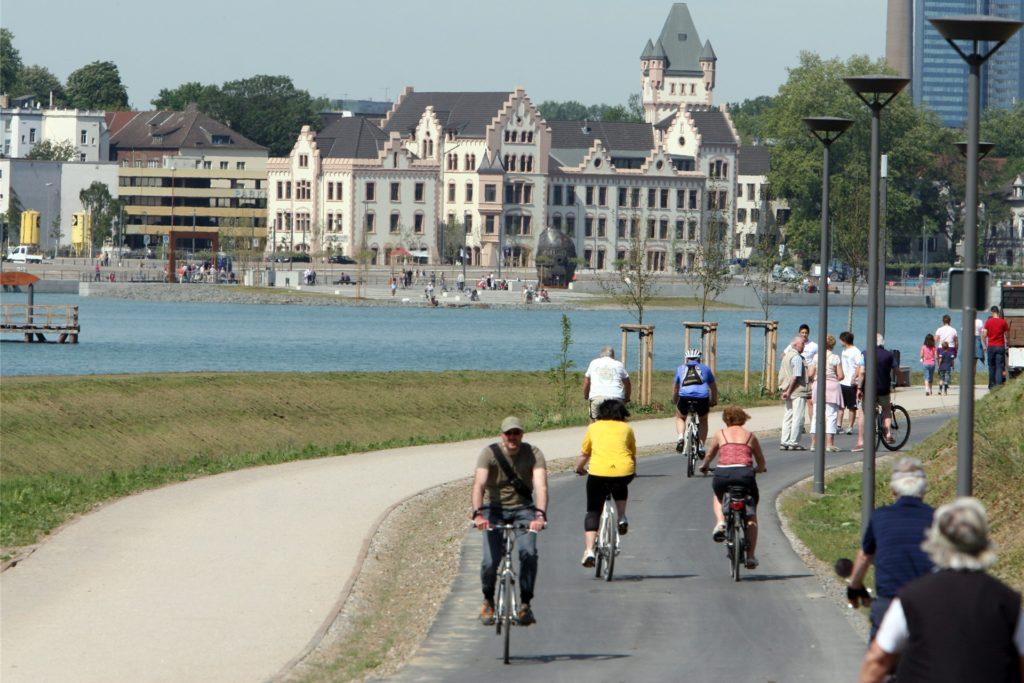 Zu Fuß und auf zwei Rädern waren viele Ausflügler am Tag der See-Eröffnung am 9. Mai 2011 unterwegs.