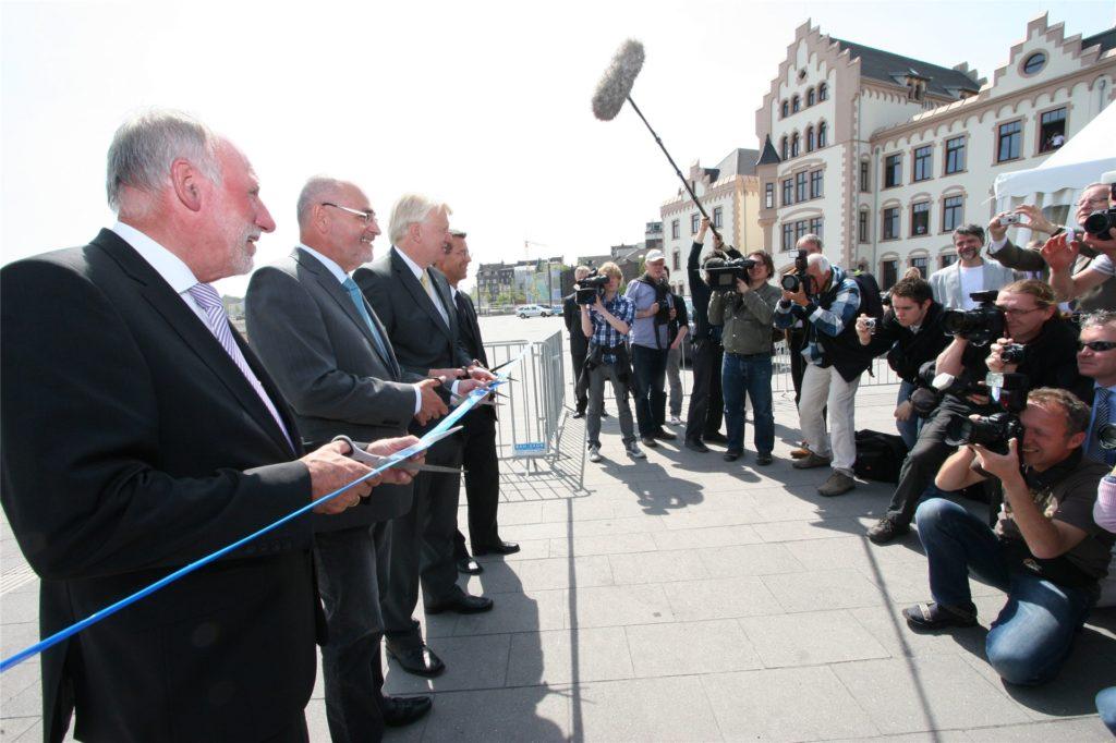 Das Medieninteresse war groß als See-Entwickler Heinz Hueppe, Regierungspräsident Dr. Gerd Bollermann, OB Ullrich Sierau und DSW-Chef Guntram Pehlke am 6. Mai 2011 ein symbolisches Band zur See-Eröffnung durchschnitten.