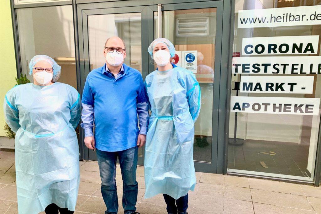 Michael Beckmann mit zwei Mitarbeiterinnen, die die Besucher auf Corona testen.