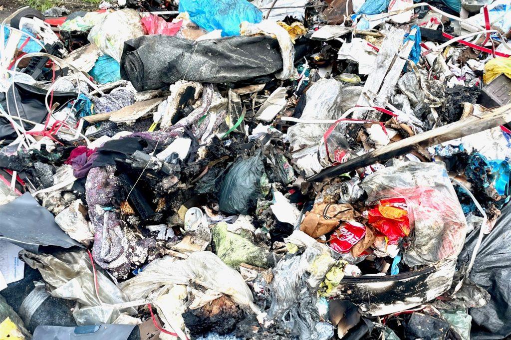Es ist gut zu sehen, an welchen Stellen der Müll, den der Lkw geladen hatte, Feuer gefangen hat.