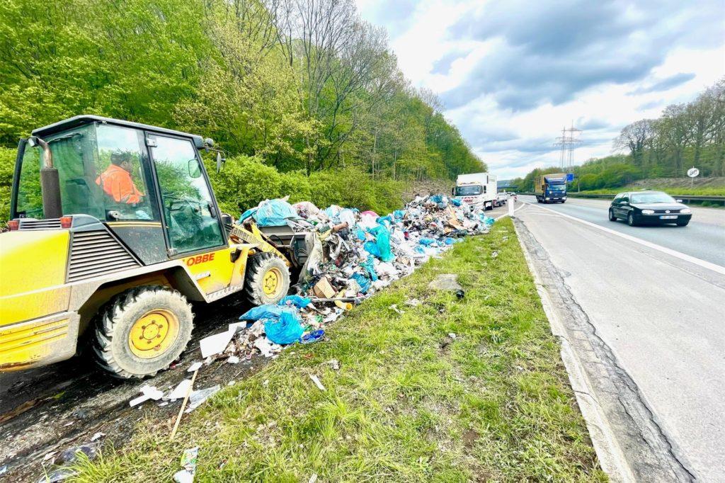 Mithilfe eines Baggers und Containern wurde der Müll wieder eingesammelt.