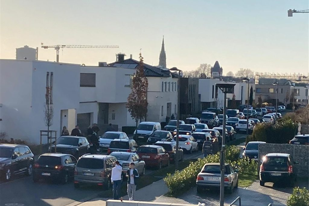 Auch die Straße An den Emscherauen ist an den Wochenenden von dem starken Verkehr massiv betroffen.