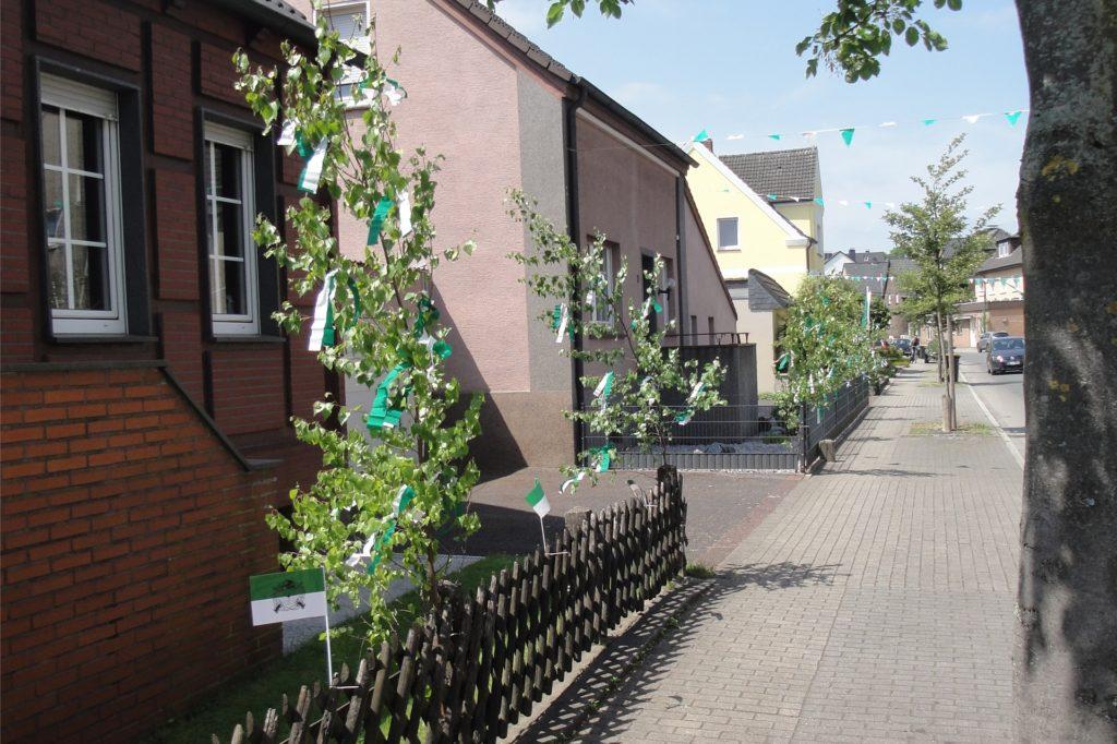 Vor drei Jahren war die Kreisstraße mit Birkengrün, Fahnen und Wimpeln geschmückt. Das gemeinsame Schlagen der Birken im Wald muss in diesem Jahr ausfallen, aber die Häuser können auch so geschmückt werden.
