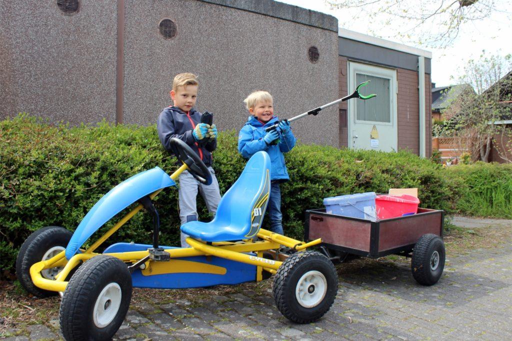 Mit großer Begeisterung sind Enno Hagenkamp (7) und Elias Brinker (5) unterwegs um Herberns Umwelt vom Müll zu befreien.
