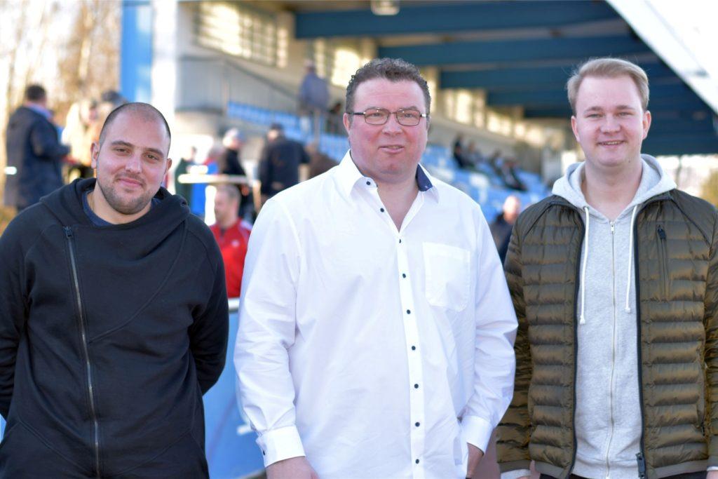 Silvio Santoro (l.) kehrt nach einem Jahr als Co-Trainer der U23 wieder an die Seite von U19-Coach Lars Rohwer (r.) zurück. In der Mitte steht Jugendleiter Frank Spiekermann.