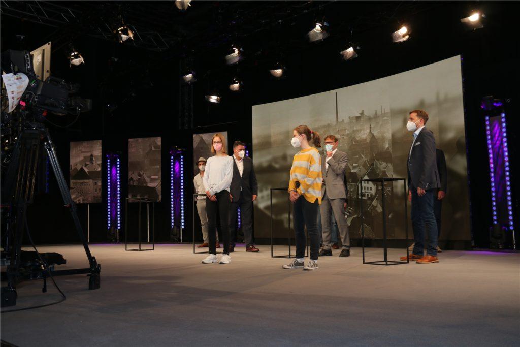 Im Bürgerforum per Live-Stream konnten Bürgerinnen und Bürger Fragen an die Verantwortlichen im Studio, hier kurz vor der Generalprobe, stellen.