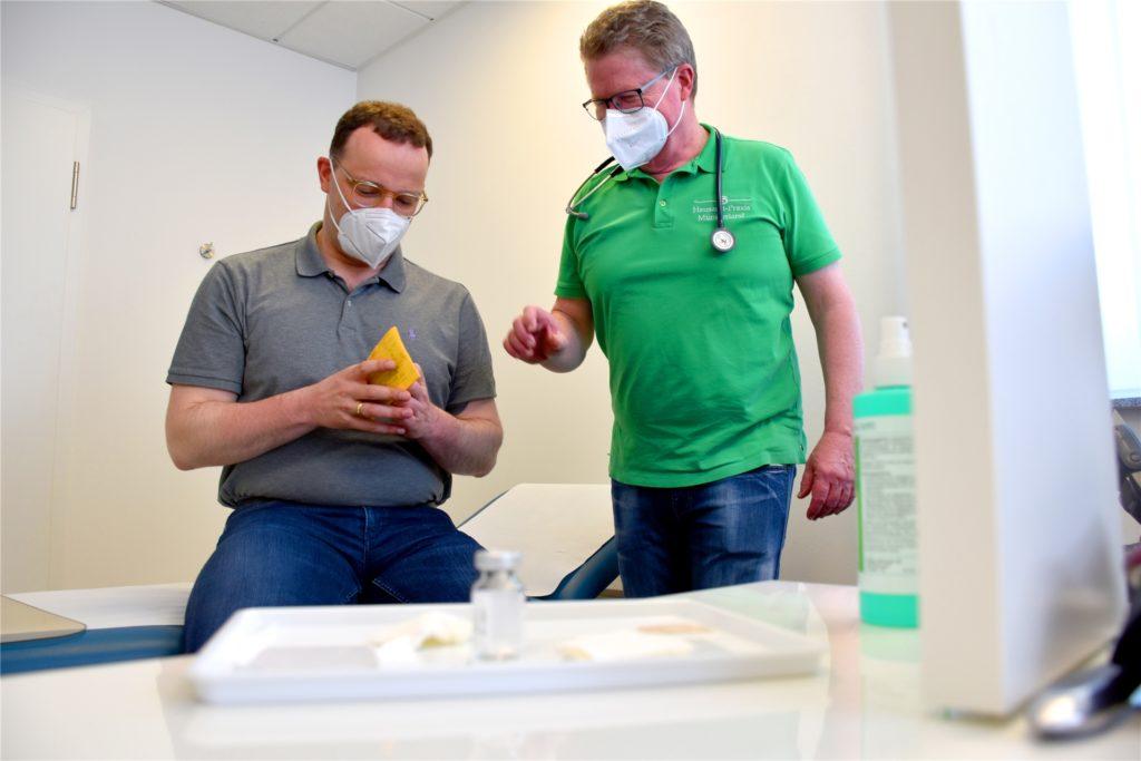 Nur wenige Minuten hat die Impfung von Gesundheitsminister Jens Spahn (l.) am Freitagmittag gedauert. Dr. Volker Schrage aus Legden hatte ihm das Vakzin von Astrazeneca injiziert.